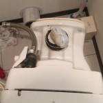 便器内に尿漏れパットが詰まっている様子