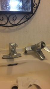 新しい洗面蛇口と古い蛇口